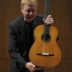 Wulfin Lieske präsentiert die Löwin der Gitarren.