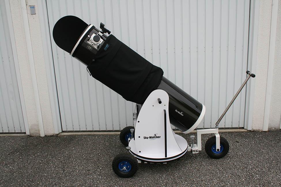 Der Dob-Trolley macht schwere Dobson-Teleskope mobil. Mit einem Handgriff ziehst Du deinen Dob aus seinem Unterstand und bugsierst ihn dorthin, wo der Stern Dich führt.
