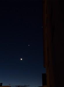 Planetenparade 2015 – Mond, Venus, Mars (kleines, rötliches Pünktchen), Jupiter (v.l.)
