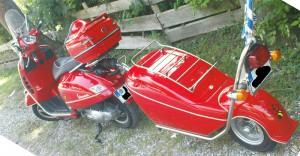 Vespa-Roller mit Anhänger (Trailer)