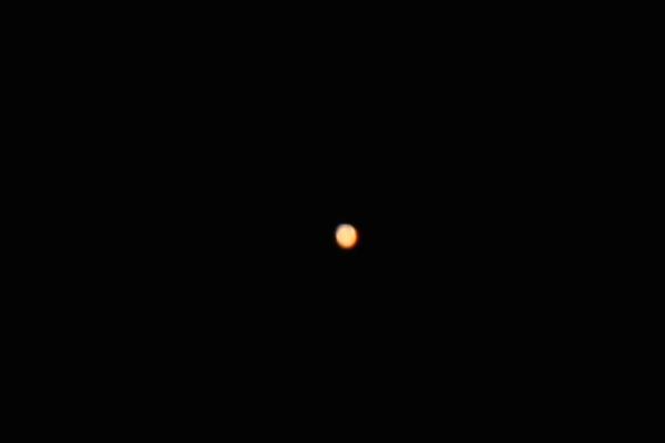 """Mars mit DSLR am 12""""-Dobson fotografiert (Ausschnitt/Crop) – leichte Strukturen und Polkappe"""