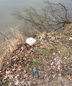 Typischer Angelplatz: Wurmbox aus Styropor, Plastikmüll, Zigarettenkippe