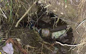 """Ein Erdloch, von """"findigen"""" Anglern als Mülloch missbraucht: Maisdosen, Wurmbox aus Styropor, Plastikverpackungen für Zubehör"""