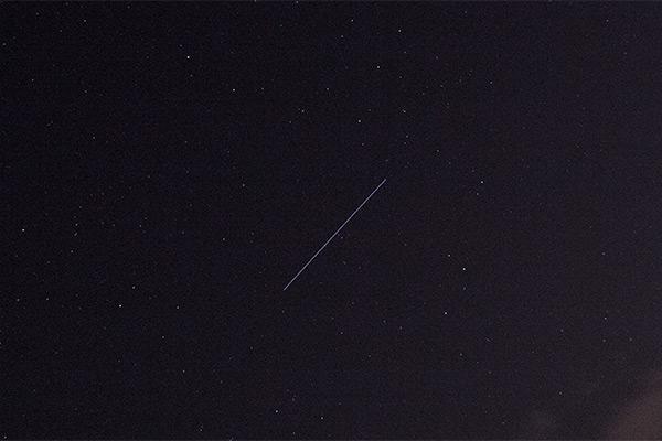 Strichspur eines Satelliten